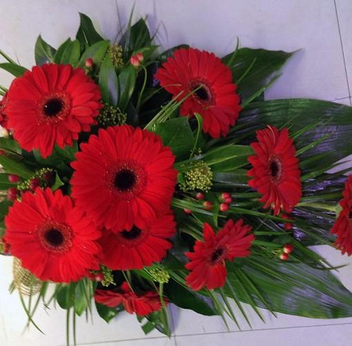 punainen-gerbera-kukkalaite