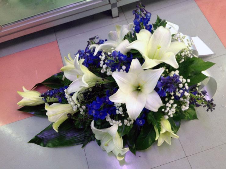 sinivalkoinen-kukkalaite